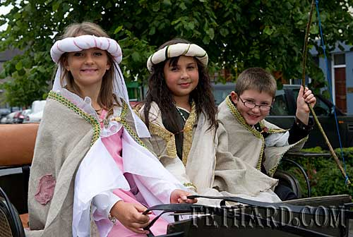 Taking part in the Fethard Town Wall Medieval Festival Parade are L to R: Courtney Walsh, Róisín McDonnell and Conor Walsh