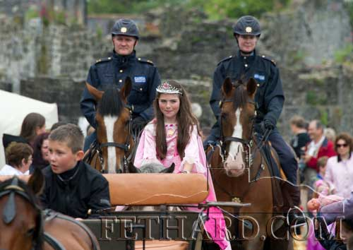 A big surprise to all was to see two of the Garda Mounted Unit from Dublin on their big strong horses joining in the parade. The organisers of the festival put in a request six months ago to Garda HQ seeking their presence but it was only in recent days that it was confirmed that they were coming. So congratulations to all involved and thanks to the Garda authorities for favouring Fethard on the first Sunday of Heritage Week.