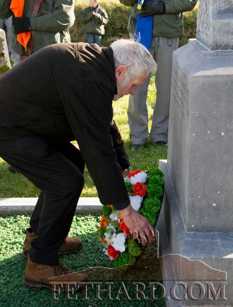 Mick 'Avic' O'Leary laying a wreath on the grave of George Plant at the George Plant 70th Anniversary Commemoration at St. Johnstown, Fethard.