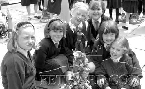 Pat Looby, artist in residence at Nano Nagle Primary School Fethard, pictured with pupils while working on their art project for the school yard. June 18, 1998.
